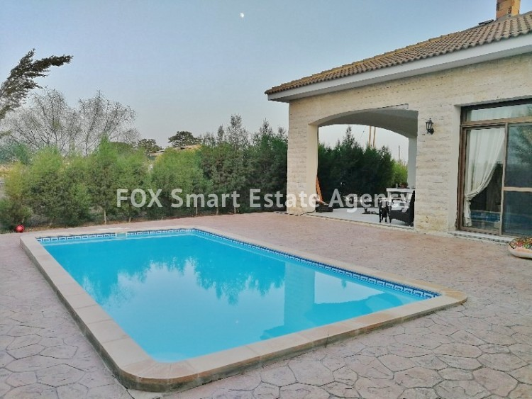 4 bedroom Bungalow with swming pool opposite the National park of Athalassas